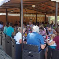 Un bar avec terrasse, une glacerie et une épicerie pour les gourmands et curieux